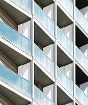 ガラスの輝きと白さを纏った流麗な印象。歴史と先進が交差する、白金高輪。この地に相応しい印象を創り上げるために基準にしたのが、多面性という言葉でした。見る場所によって趣が異なる意匠デザイン。時間とともに移ろう光の反射を考慮してガラスを多用。