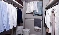 ワードローブから季節ごとの衣類やスーツケース、小物なども豊富に収納でき、取り出しもしやすいウォークインクロゼットを全戸に実現しました。