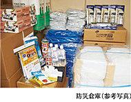 防災備品を収納した防災用倉庫を1階に設置しています。この防災備品は共助に必要な備品を中心に取り揃えています。
