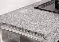 石目の美しさと質感が魅力的な御影石大板。高い硬度を持つため傷が付きにくく、耐久性に優れています。