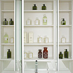 大きなミラーが魅力的な三面鏡の裏に、洗面用具や化粧品等が収納できる棚を設けました。散らかりがちな化粧台周りがすっきり片付けられます。