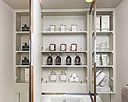 三面鏡裏側のスペースに化粧品やヘアケア用品など、細かいものをすっきりと整理できます。