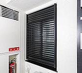 防犯に配慮し、通風・採光をコントロールできるルーバー面格子を廊下に面する居室窓に設置。