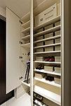 玄関にはトールタイプの下足入を設置。家族の靴やブーツはもちろん、傘も収納できます。※1