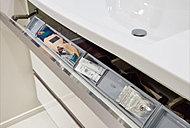ボウルの前の取り出しやすい位置に収納を配置。ヘアブラシやコットン、マニキュアなどの小物類がスッキリ入り、さっと取り出せます。