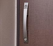 玄関扉には、上下2ヶ所の施錠で防犯性を高めるダブルロックを採用。