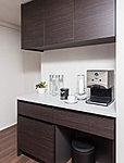 カウンター型・上部吊戸棚式の食器棚を標準装備。
