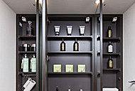 化粧品などの整理に便利な三面鏡裏収納。
