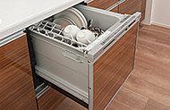 強力な水流のシャワーで大皿から小物までムラなくキレイに洗い流します。