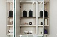 洗面化粧台まわりを快適に利用できるよう、三面鏡裏に収納を設けました。