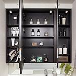ワイドで見やすい三面鏡裏に、化粧品などの整理に便利な収納スペースを設置。カウンターまわりがすっきり片付きます。