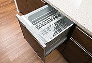 大皿などの食器から箸などの小物までしっかりムラなく洗浄から乾燥まで行います。