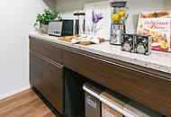 多くの食器を収納できる大型の食器棚をご用意。キッチンとカラーコーディネイトされインテリア性にも優れています。