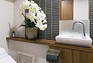 トイレにはコンパクトなデザインの手洗いカウンターを標準装備。