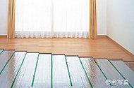 足下から心地よく暖まるガス温水式床暖房を採用。室内の空気を汚さないクリーンな暖房設備です。