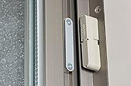 センサーセット時に玄関扉が開いた状態になるとアラームが鳴り、警備会社に自動通報します。