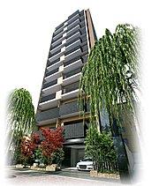 地上12階建のレジデンス棟、地上5階建のアネックス棟の2つの表情を持つ建物は、柳の並木と寄り添うように、凛と佇む。白いフレームを基調としながらも温もりの感じられる外壁は、端正なフォルムと相まって、オーセンティック・モダンな印象を残します。