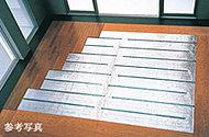 リビング・ダイニングには足元から優しく温める床暖房を採用しています。