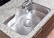 大きな鍋やフライパンも洗いやすい奥行ワイドシンク。裏面に制振材を貼ることで、シンクに水や食器類があたる音を軽減します。