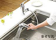 浄水器とシャワー水栓が一体となっているのでスッキリし、場所をとりません。ホースが引き出せてシンク洗いなどに便利です。