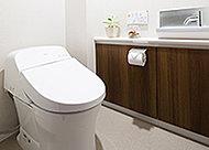 便器のタンクを隠し、すっきりとしたデザインのローシルエットトイレを採用しました。空間にゆとりをもたらします。