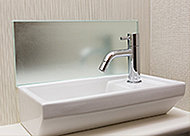 トイレに設置した手洗いカウンターの背面には、手洗い時に起こる水はねを受け止めるパネルを設置し、壁面をキレイに保ちます。