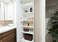 タオルやバス用品などの収納に便利なリネン庫を設置しました。洗面室をすっきりとした状態に保つことができます。