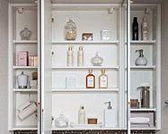 身だしなみのチェックがしやすい三面鏡。三面鏡裏には歯ブラシや化粧品等を整理できる収納スペースを確保しました。