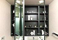 コスメや洗面道具、ドライヤーなどをしっかり収納できる三面鏡裏収納を採用。洗面室まわりを美しく保てます。