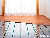 足元から心地よく暖まるガス温水式床暖房を採用。室内の空気を汚さないクリーンな暖房設備です。