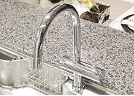 お料理に重宝する浄水機能付のシャワー混合水栓を採用。一体型のすっきりしたフォルムでシンクの清掃にも便利です。