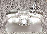 水の跳ね返り音を低減する静音キッチンシンクを採用しています。