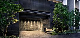あふれる開放感。スマートで透明感ある、空と陽光と水面を映す建物。その邸宅にあって、基壇部は、重厚感あふれる黒御影石を連ね、 縦格子のルーバーで趣きを添えた、「邸宅」としての美意識が感じられる意匠としています。