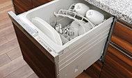 食器の出し入れがしやすいスライドオープン式です。手洗いに比べ節水効果が高く、食器の洗浄から乾燥まで、食後の水仕事を軽減します。※1