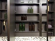 三面鏡の裏には、洗面用具などを機能的に収納できるスペースを設けました。※1