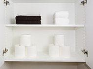 小物やトイレットペーパーなどの保管にも便利な吊戸棚を設けました。※1