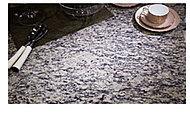 格調溢れる天然石を天板に採用。フルフラットカウンターでお料理する時にも作業台としてワイドに使用できます。