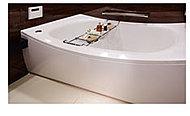 ヘッドレスト部分を高くして首当たりを気持ちよく、またぎ込み部分は低くして、入りやすさに配慮したクレイドル浴槽を採用しています。