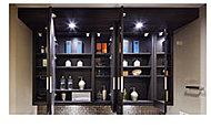 左右の鏡を開いて三面鏡としてもお使いいただける大型の鏡を設置。洗面用具などを機能的に収納できるスペースを設け洗面化粧台まわりを美しく保ちます