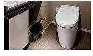 ローシルエットのすっきりとしたデザインのトイレは、高い節水性と機能性を両立した快適な仕様としました。