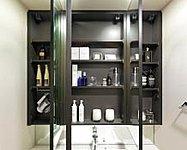 大きく見やすい三面鏡タイプを採用。鏡の裏側には洗面小物や化粧品のほかに、BOXティッシュやドライヤーもすっきり収納できます。