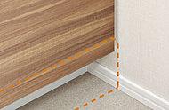 洗面台下部の巾木部分を、収納扉面より奥に10㎝ずらしました。洗面台に近づいてもつま先があたらず、快適に使用できます。