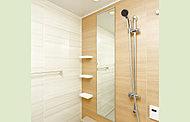 上下がアルミフレームの縦に長い浴室ミラーです。ミラーの小口(縁断面)に耐食処理を施した防湿型を採用しています。