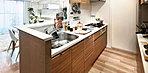 使いやすくて、美しいキッチン。たとえば、出発前の朝食も、時間と気持ちにゆとりが生まれる。