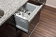 食器の出し入れがしやすいスライドオープン式です。手洗いに比べ節水効果が高く、食器の洗浄から乾燥まで、食後の水仕事を軽減します。