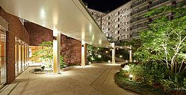 湘南のさざ波をイメージした木彫り調の壁面、ラタン素材のベッドを用いた、リゾートテイストの「ゲストルーム」。