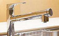 レバーで浄水に切り替えができます。引出式のシャワーヘッドでシンクのお手入れにも便利です。※カートリッジの交換は有償です。