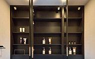 三面鏡の裏には、洗面用具などを機能的に収納できるスペースを設けました。また、扉には自信の際の安全性を高めるため、耐震ラッチを採用しました。