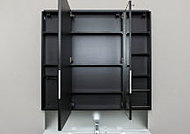 三面鏡の扉背面に収納スペースを設けました。小物をすっきりと収納することで、洗面室スペースをすっきりと選出します。
