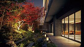 エントランスホール・ラウンジから臨む和の意匠を施した「坪庭」。凛とした空間には景石として「白御影石」や「小松石」を置き、四季の移ろいを目で愉しめる樹々や草花も豊富に配しています。